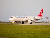 Turkish Airlines Airbus A321, der an Prag-Flughafen mit einem Taxi fährt Stockfotos