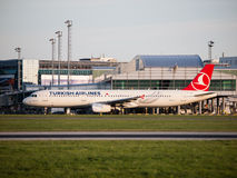 Turkish Airlines Airbus A321, der an Prag-Flughafen mit einem Taxi fährt Lizenzfreies Stockfoto
