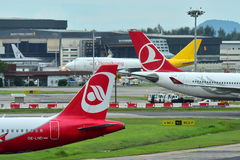 Turkish Airlines Airbus A330 et air Berlin Airbus A320 roulant au sol à l'aéroport de Changi Photo libre de droits