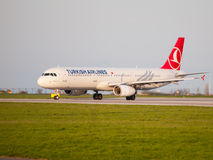 Turkish Airlines Airbus A321 roulant au sol à l'aéroport de Prague Photos stock