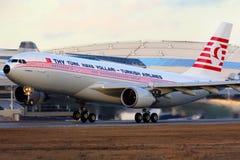 Turkish Airlines Airbus A330-203 TC-JNC dans le rétro plan spécial de peinture décollant à l'aéroport international de Vnukovo Photographie stock libre de droits