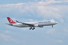Посадка аэробуса A330 Turkish Airlines на авиапорте Стамбула Ataturk Стоковое Фото