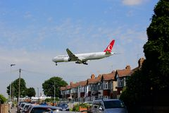 Turkish Airlines Boeing 777 en acercamiento al aeropuerto de Heathrow fotos de archivo