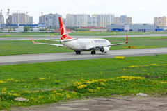 Turkish Airlines Boeing 737-8F2 aircraft  in Pulkovo International airport in Saint-Petersburg, Russia Stock Photography