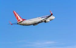 Turkish Airlines Boeing 737-800 lämna Riga Royaltyfri Foto