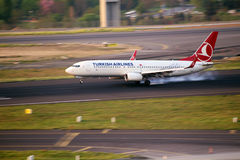 Turkish Airlines Boeing 737-800 landend Lizenzfreie Stockfotos