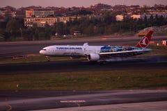Turkish Airlines Boeing 777-300 que aterriza Imagen de archivo libre de regalías