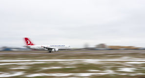 Turkish Airlines flygplan på landningsbana Royaltyfri Bild