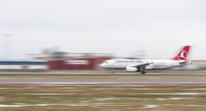Turkish Airlines flygplan på landningsbana Arkivbild