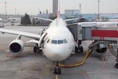 Turkish Airlines flygplan som stiger ombord på den Istanbul Ataturk flygplatsen Royaltyfri Fotografi