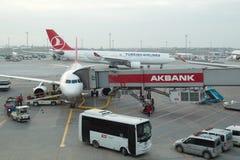 Turkish Airlines flygplan som stiger ombord på den Istanbul Ataturk flygplatsen Arkivbild