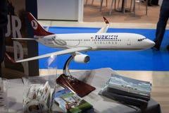 Turkish Airlines flygplanmodell på biten 2014, internationellt turismutbyte i Milan, Italien royaltyfri foto