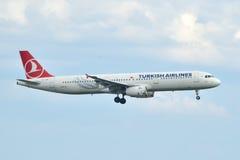 Turkish Airlines-Luchtbus A321 die bij de Luchthaven van Istanboel landen Ataturk Royalty-vrije Stock Foto's