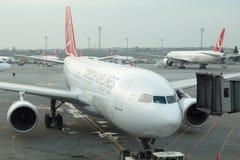 Turkish Airlines samolotowy abordaż przy Istanbuł Ataturk lotniskiem Zdjęcie Stock