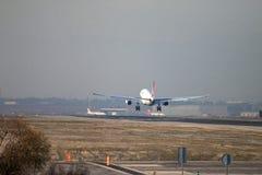 Turkish Airlines scaturisce approccio dell'aereo di linea a terra alla pista dell'aeroporto di Madrid, veduta da dietro Fotografie Stock Libere da Diritti