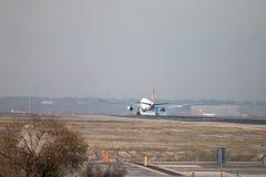 Turkish Airlines scaturisce approccio dell'aereo di linea a terra alla pista dell'aeroporto di Madrid, veduta da dietro Immagine Stock