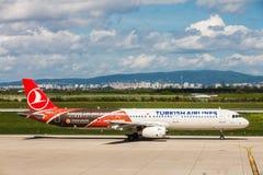 Turkish Airlines som förbereder sig att ta av på den Zagreb flygplatsen, Kroatien Royaltyfria Bilder