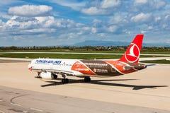 Turkish Airlines som förbereder sig att ta av på den Zagreb flygplatsen, Kroatien Fotografering för Bildbyråer
