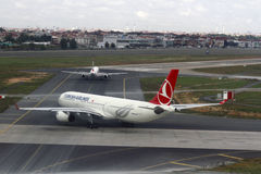 Turkish Airlines sur l'aéroport d'Istanbul Ataturk Image stock