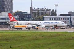 Turkish Airlines-vliegtuig die worden bijgetankt Stock Foto