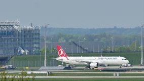 Turkish Airlines voyagent en jet faisant le taxi dans l'aéroport MUC, Allemagne de Munich banque de vidéos