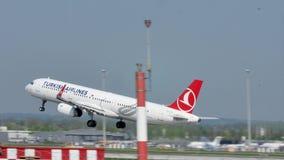 Turkish Airlines voyagent en jet le décollage de l'aéroport de Munich, MUC banque de vidéos