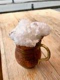 Турецкий напиток Ayran или пахта с пеной в медной чашке стоковая фотография rf