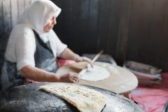 Turkish för farmorkockkock pannkaka Gozleme på ugnen Arkivfoton