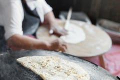 Turkish för farmorkockkock pannkaka Gozleme på ugnen Fotografering för Bildbyråer