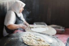Turkish för farmorkockkock pannkaka Gozleme på ugnen Arkivfoto