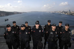 Turkish police men. Stand guard on thr Bosphorus Bridge during the 27th Intercontiental Eurasia Marathon run on October 28,2007,in Istanbul,Turkey Stock Photos
