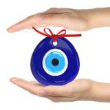 Turkisk amulett ont öga Över händer med vita bakgrunder 3D arkivfoton