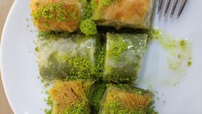 Turkisk baklavaefterrätt med pistascher Arkivfoton