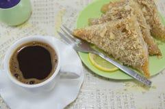 Turkisk coffe med baklavaefterrätten Arkivfoto