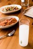 Turkisk drink Raki med aciliezme och gavurdagisallad med valnöten Royaltyfri Bild