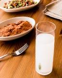 Turkisk drink Raki med aciliezme och gavurdagisallad med valnöten Arkivfoto
