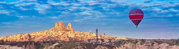 Turkisk fästning Uchisar och en ballong för varm luft fotografering för bildbyråer