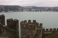 Turkisk fästningvägg på bakgrunden av Bosporusen Royaltyfria Bilder