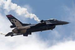 Turkisk falk för flygvapenGeneral Dynamics F-16CG stridighet 91-0011 av för ` för turk` solo laget för skärm Royaltyfria Foton
