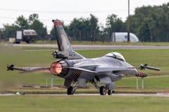 Turkisk falk för flygvapenGeneral Dynamics F-16CG stridighet 90-0011 av för ` för turk` solo laget för skärm Arkivfoton