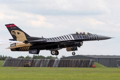Turkisk falk för flygvapenGeneral Dynamics F-16CG stridighet 91-0011 av för ` för turk` solo laget för skärm Arkivfoto