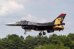Turkisk falk för flygvapenTurk Hava Kuvvetleri General Dynamics F-16CG stridighet 91-0011 av solo turkskärmlaget Royaltyfri Bild