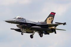 Turkisk falk för flygvapenTurk Hava Kuvvetleri General Dynamics F-16CG stridighet 91-0011 av solo turkskärmlaget Royaltyfria Bilder