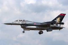 Turkisk falk för flygvapenTurk Hava Kuvvetleri General Dynamics F-16CG stridighet 90-0011 av solo turkskärmlaget Royaltyfri Foto