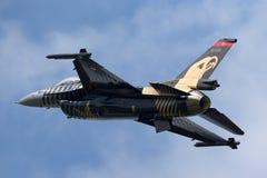 Turkisk falk för flygvapenTurk Hava Kuvvetleri General Dynamics F-16CG stridighet 91-0011 av solo turkskärmlaget Arkivfoton
