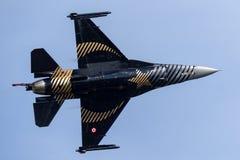Turkisk falk för flygvapenTurk Hava Kuvvetleri General Dynamics F-16CG stridighet 91-0011 av solo turkskärmlaget Arkivbild