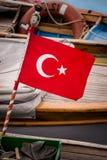 Turkisk flagga och Pole på fiskebåten Royaltyfri Foto
