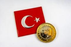Turkisk flagga och turkiskt mynt arkivbilder