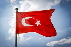 Turkisk flagga på bakgrunden av himmel Arkivfoto