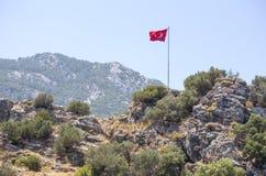 Turkisk flagga på berg för en kulle Arkivbild